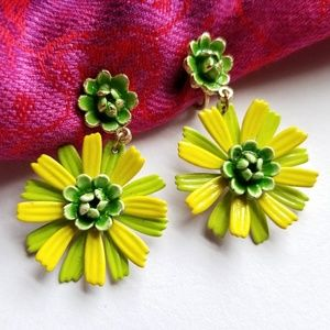 Vintage green daisy flower clip earrings enamel